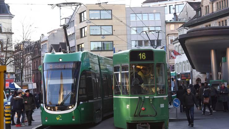 Die Spieler des EHC Basel fahren am Samstag alle Tram
