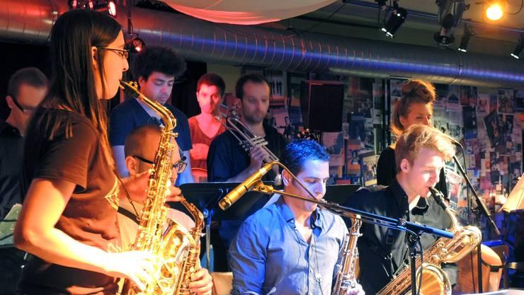 Sarah Chaksad (l.) mit ihrem Jazzorchestra im Brugger Dampfschiff. Die Big Band von Sarah Chaksad ist das einzige Schweizer Jazz-Orchester mit einem Frauenanteil – immerhin 4 von 18. (Archiv)