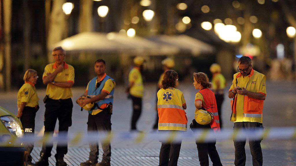 Rettungskräfte am Abend in einer der abgesperrten Strassen Barcelonas