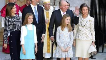 Der emeritierte spanische König Juan Carlos I (80, 3.v.r.) hat am Samstag sein künstliches rechtes Kniegelenk ersetzt bekommen. Künftig werde er wieder besser gehen können, versprechen die Ärzte. (Archivbild)