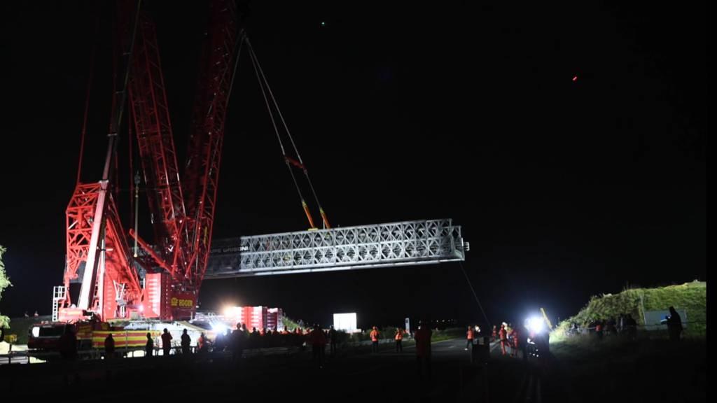 Hier demontiert ein 1300-Tonnen-Kran eine 480-Tonnen-Brücke