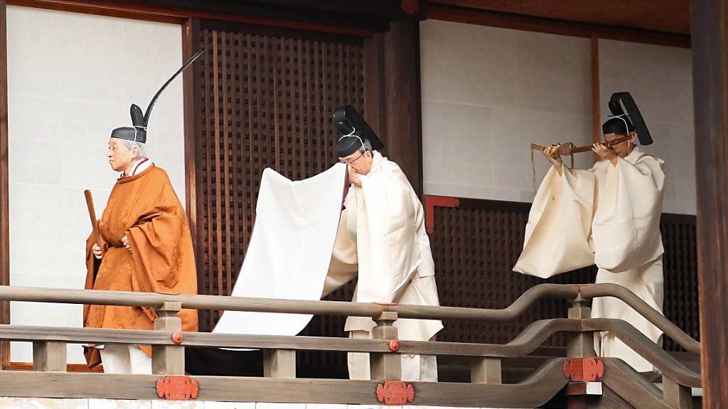 Mit einer Reihe von Ritualen hat Japans Kaiser Akihito bekleidet mit einer traditionellen goldbraunen Robe und schwarzer Kopfbedeckung am Dienstag seinen Rücktritt eingeleitet.