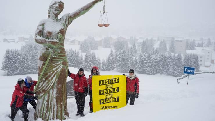 Greenpeace-Aktivisten haben eine sechs Meter hohe Justitia-Statue vor das Davoser Kongresszentrum gestellt, um die Konzerne des WEF an ihre Verantwortung zu erinnern. (im Bild Statue noch ausserhalb von Davos)