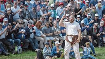 Benji von Ah feiert seinen Sieg im 6. Gang gegen Joel Strebel (links). Bild: Urs Flüeler/Keystone (Rigi-Staffel, 14. Juli 2019)