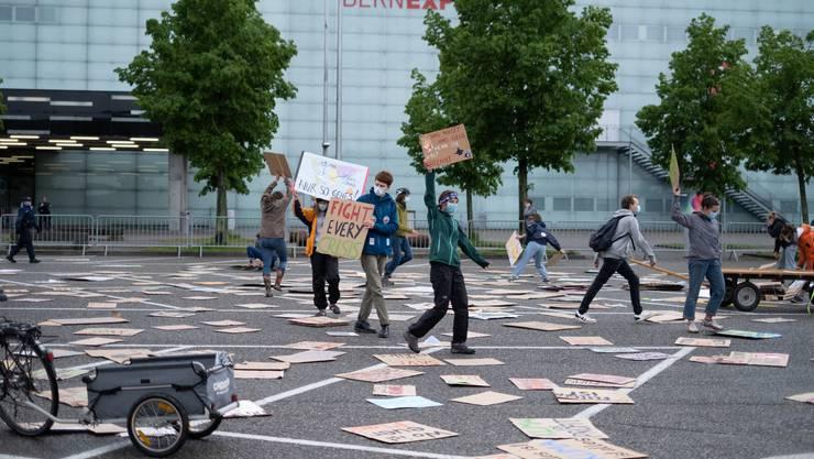 Mit dieser Aktion protestiert die Klimastreik-Bewegung vor der Bernexpo.
