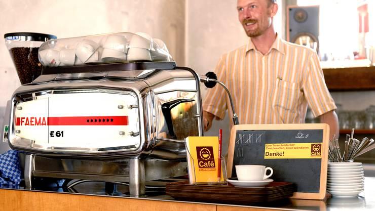 Es braucht Überwindung, in der Bar der Aktienmühle einen «Café Surprise» zu bestellen. Doch Betriebsleiter Daniel Jansen will dem neuen Konzept noch mehr Zeit geben.