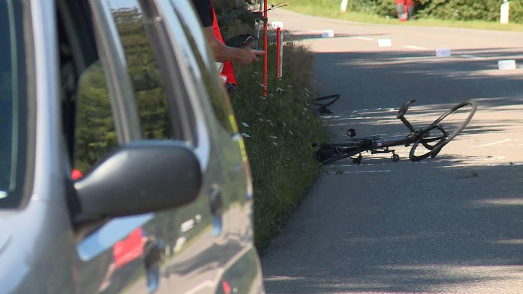 Hittnau: Velofahrer nach Kollision mit Auto schwer verletzt