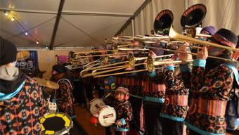Im Festzelt heizt die Windischer Guggenmusik Trombongos den Gästen tüchtig ein – die Kleinen geben ebenfalls Gas.