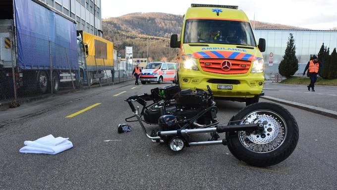 Ein helmloser Motorradfahrer kam am Dienstagabend aus noch ungeklärten Gründen zu Fall und zog sich dabei schwere Kopfverletzungen zu.