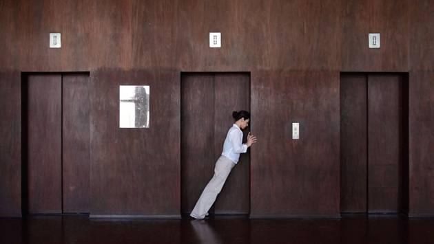 Mit minimalen Gesten erforscht eine Tänzerin die architektonischen Strukturen des Palacio Gustava Capanema in Rio de Janeiro.