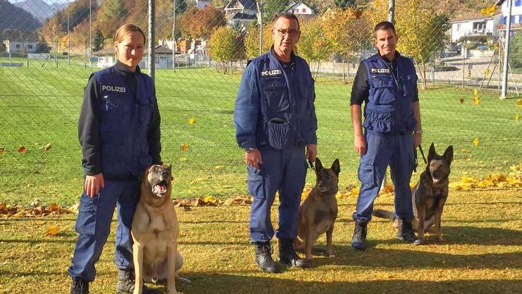 Flavia Bläsi, Peter Wohlrab und Ulrich Oppliger mit ihren Polizeihunden.