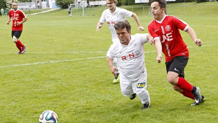 Zwei Spieler kämpfen in einem Spiel der «Special Olympics Switzerland» in Genf um den Ball. (Archivbild)