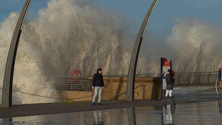 Stürmische Wellen an der Nordwestküste Englands.