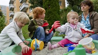 Eine Tagesmutter spielt mit ihren Schützlingen (Archivbild)