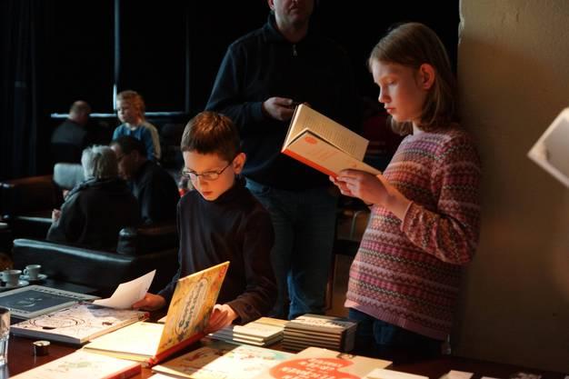 Ja! Es gibt immer noch viel Nachwuchs, der gerne Bücher liest. Das zeigte sich am 2. Jugendliteraturtag in der Stanzerei Baden (Bild ub)1