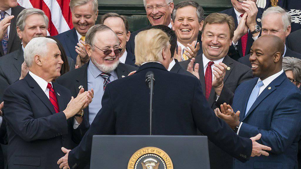 Sein bislang grösster politischer Erfolg seit Amtsantritt im Januar: Nach verabschiedeter Steuerreform lässt sich US-Präsident Donald Trump von den Republikanern feiern.