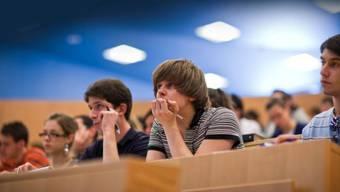 Die Zahl der Studenten nimmt weiter zu – Aufnahmeprüfungen könnten nötig werden. Foto: Keystone