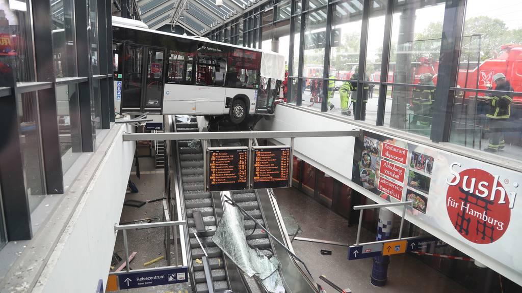 Spektakulär: Bus kracht in Bahnhofsgebäude