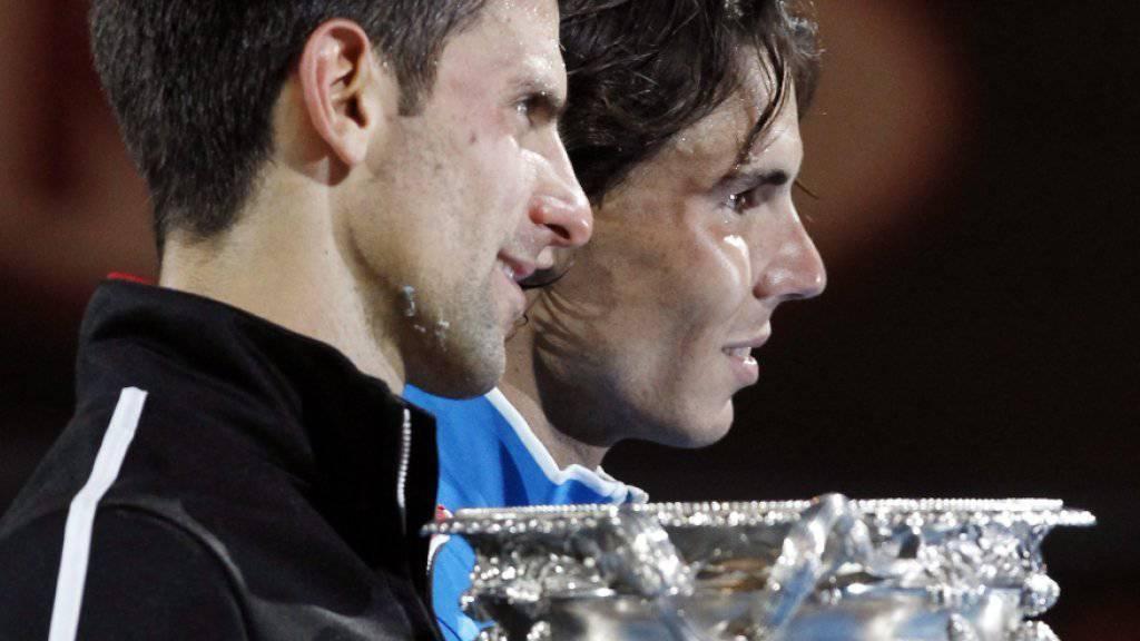 Erschöpft nach einem epischen Duell: 2012 gewann Novak Djokovic (li.) am Australian Open gegen Rafael Nadal den längsten Grand-Slam-Final der Geschichte