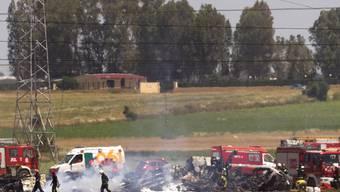 Feuerwehrmänner und Sanitäter an der Absturzstelle des Airbus A400M bei Sevilla, Spanien (Archiv)