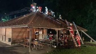 Bei einem Festanlass brach Freitagnacht bei der Waldhütte in Beinwil am See ein Brand aus.