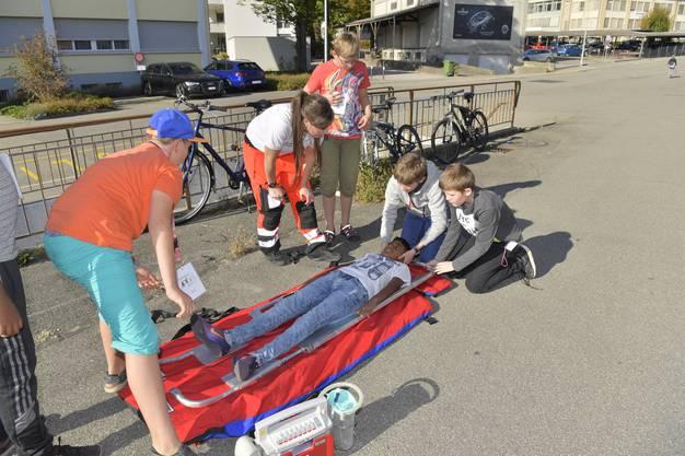 Christina Salzmann vom Rettungsdienst Grenchen nimmt mit ihrer Gruppe eine Bergung einer rückenverletzten Person vor und zeigt die Spezialausrüstung, die man dafür braucht.