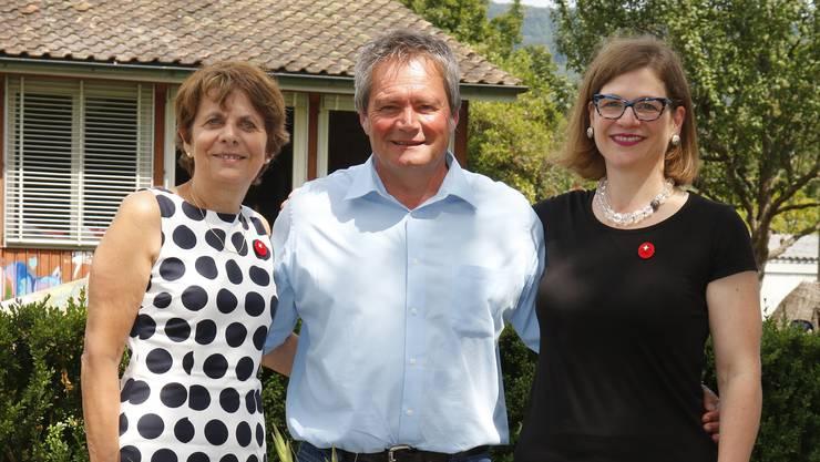 Jolanda Urech, Andreas Zürcher und Franziska Graf posieren an den Feierlichkeiten zum 1. August unter den Linden in Rohr.