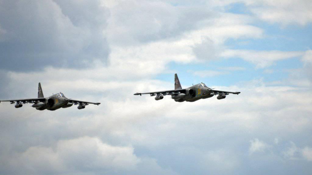 Die russische und die syrische Luftwaffe haben am Mittwoch Angriffe in der Provinz Homs geflogen. Ob die Terrormiliz IS das Ziel war, ist umstritten. (Symbolbild)