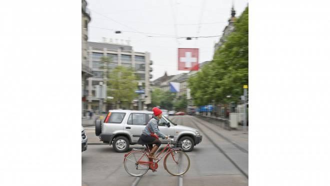 Diese Kreuzung gibt es auch in Zukunft: Velofahrerin in der Bahnhofstrasse. Foto: Keystone