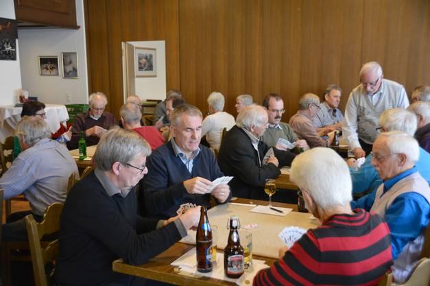 """Im Gasthof """"Zum Weissen Rössli"""" trafen sich 36 Spieler zum SVP-Jass. Mit dabei war auch Regierungsrat Alex Hürzeler."""