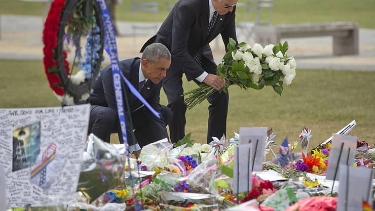 Präsident Obama (links) und Vizepräsident Biden legen in Orlando Blumen für die Opfer nieder.