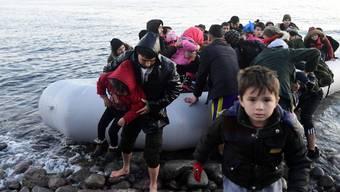 Migrantinnen und Migranten bei der Ankunft in Lesbos.
