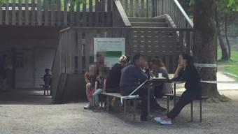 Sonntag im Wildpark Roggenhausen: Das weisse Absperrband wird ignoriert.