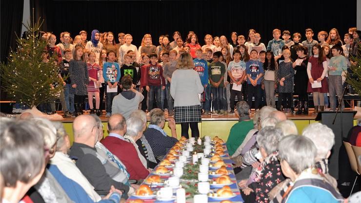 Der Schülerchor des Schulhauses Au-Erle unter der Leitung von Marta Neukom und ihrem Team hat die Seniorenweihnacht musikalisch umrahmt.