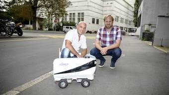 Andi Zaugg und David Beisert mit ihrem Paketroboter, der schon bald auf dem Firmengelände eines Basler Pharmakonzerns unterwegs sein könnte.