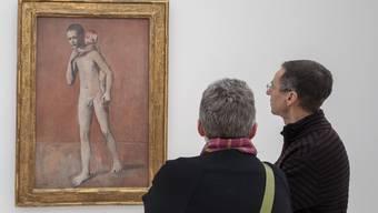 Besucher betrachten das Bild «Les Deux Freres, 1906» von Pablo Picasso. Fotografiert an der Ausstellung «Der junge Picasso – Blaue und Rosa Periode».