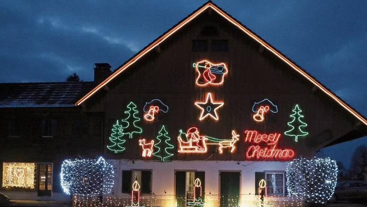 «Merry Christmas» wünscht Max Mahrer denjenigen, die seine bunte Weihnachtsschau an der Fassade seines Bauernhauses in Möhlin bewundern.