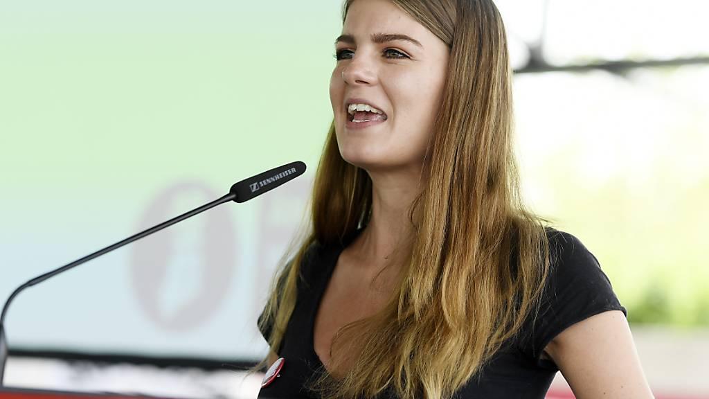 Ronja Jansen, Präsidentin der Juso Schweiz, spricht an der Delegiertenversammlung der Jungpartei am Samstag in Wettingen AG.