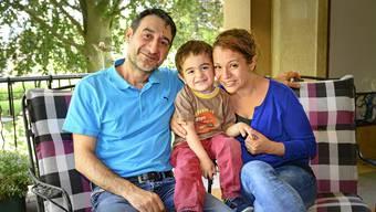 Joseph und Hayet Mazin* mit ihrem jüngeren Sohn.