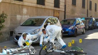 Ermittler untersuchen den Tatort in den Strassen Palermos: Zwei Männer auf einem Motorrad schossen auf Dainotti, der auf seinem Velo unterwegs war. Die Polizei spricht von einer Hinrichtung.