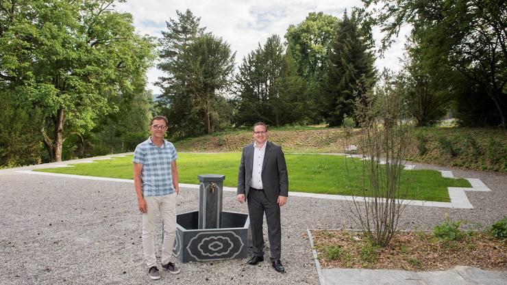 Thomas Stirnemann (Leiter Werkhof, l.) und Stadtrat Philippe Ramseier vor dem muslimischen Grabfeld. ASP/AZ-Archiv