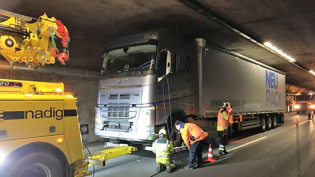 Der Lastwagen, der einen Motorenschaden aufwies, musste am Montagnachmittag aus dem Kerenzerbergtunnel geschleppt werden.