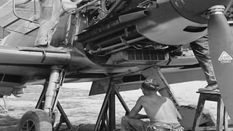 Flugzeugmechaniker warten 1940 in Thun eine Messerschmitt BF 109-E der Schweizer Luftwaffe.