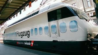 Die Lokomotive für den ersten Flugzug Basel–Flughafen im Mai 1999 im Bahnhof Brugg. KEYSTONE