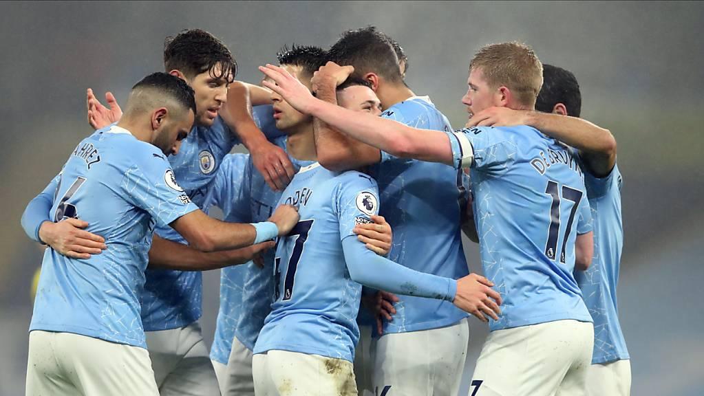 Manchester City freut sich über den Treffer von Phil Foden (im Zentrum)