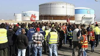 Demonstranten blockieren in Marseille den Zugang zum Öl