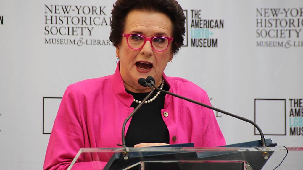 Die ehemalige Tennisspielerin Billie Jean King spricht bei der Grundsteinlegung für das LGBTQ+-Museum. Der Anbau an die New-York Historical Society soll 2024 eröffnet werden. Foto: Christina Horsten/dpa