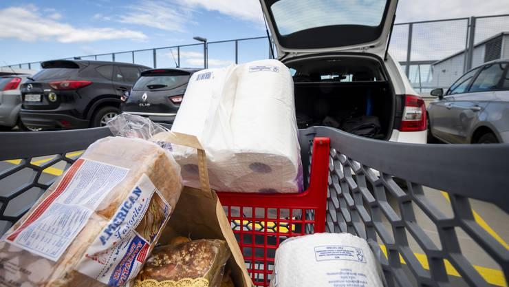 Lidl und Aldi schenken ihren Schweizer Angestellten Einkaufsgutscheine für die geleistete Arbeit während der Coronapandemie. (Symbolbild)