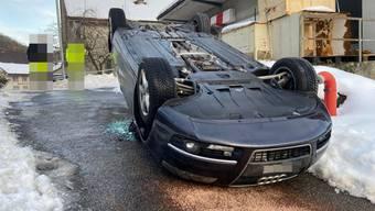 Der Autolenker verlor die Herrschaft über sein Fahrzeug worauf dieses auf ein Mäuerchen geriet, ins Wanken kam und schlussendlich auf das Autodach kippte.