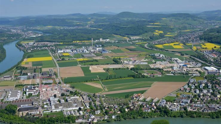 Im Zentrum des Sisslerfelds: Das von der Erne AG Holzbau erworbene Areal auf Münchwiler Boden ist in der Bildmitte rot markiert.